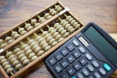 Kalkulator z drewnianym stołowym tłem Obraz Royalty Free