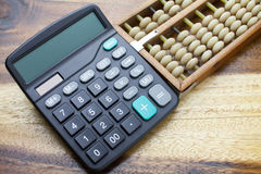 Kalkulator z drewnianym stołowym tłem Fotografia Royalty Free