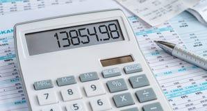 Kalkulator z piórem i niektóre dokumenty zdjęcie stock