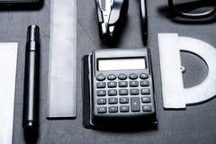 Kalkulator z różnorodnym biurowym naczynie egzaminem próbnym Zdjęcia Stock