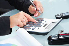 kalkulatora żeński ręk używać Zdjęcia Royalty Free