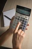 kalkulatora żeński ręki używać Fotografia Stock