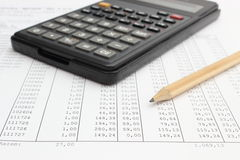Kalkulatora i ołówka lying on the beach na spreadsheet Obraz Stock