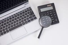 Kalkulatora, klawiatury i magnifier budżeta pojęcie, obrazy stock