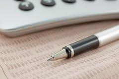 kalkulatora pióro pieniężny gazetowy Zdjęcie Stock