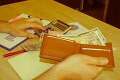Kalkulatora pieniądze na stole Savings finansują gospodarkę, biznes i domowego pojęcie, - mężczyzna z kalkulatora odliczającym pi obrazy royalty free