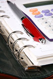 kalkulatora zielonego organizatora pióra czerwony biel Zdjęcie Stock