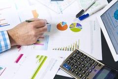 Kalkulować z biznesowymi dokumentami Zdjęcie Royalty Free