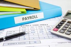 Kalkuluje listy płac dla pracownika Zdjęcia Royalty Free