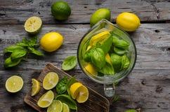 Kalkzitronen limonade, frische Kräuter und Eis herein stockbild