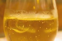 Kall äppeljuicedrink med is i det glass slutet upp Arkivfoton