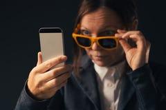 Kall affärskvinna som gör selfiefotoståenden med smartphonen royaltyfria bilder