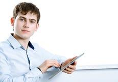 Kall affärsman som använder den elektroniska tableten royaltyfri foto
