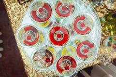 Kall alkoholistmargareta coctail Exponeringsglas med drinkställningar på den glass ställningen Arkivbild