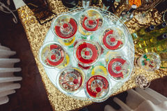 Kall alkoholistmargareta coctail Exponeringsglas med drinkställningar på den glass ställningen Royaltyfri Bild