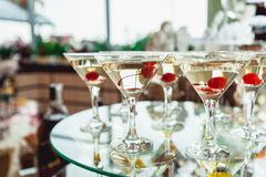 Kall alkoholistmargareta coctail Exponeringsglas med drinkställningar på den glass ställningen Arkivbilder