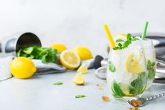 Kall alkoholmojitococtail, dryck för lång drink, lemonad arkivfoton