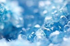 Kall bakgrund för vinter, blåa kristaller Makro royaltyfri bild