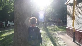 Kall blandad pojke som förutom går hans hus efter skola lager videofilmer