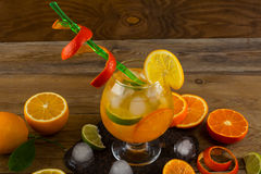 Kall citrus coctail på trätabellen Royaltyfria Bilder