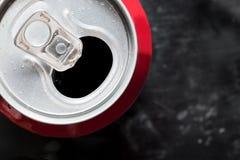 Kall cola kan överträffa tätt upp med vattendroppar Arkivbild