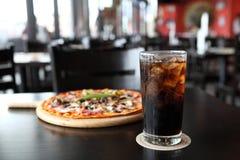 Kall Cola på wood bakgrund Arkivfoto