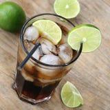 Kall Coladrink med limefrukter Arkivfoton