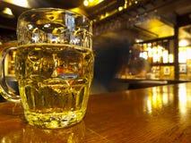 kall counter pub för öl Arkivfoton
