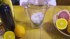 Kall drink för danande i en kannaultrarapid arkivfilmer