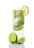 Kall drink med limefrukt och mintkaramellen arkivfoton