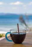 kall drink som ser över havet fotografering för bildbyråer