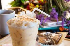 Kall espresso- och bubblakräm överst i flaska Arkivbilder