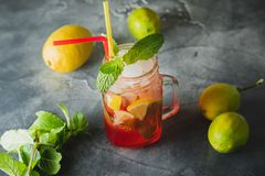 Kall fruktdrink med limefrukt- och mintkaramellsidor Naturliga drinkar royaltyfria bilder