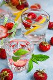 Kall genomskinlig drink arkivfoto