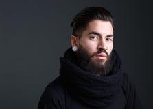 Kall grabb med skägget och piercingar arkivfoton
