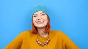 Kall hipsterkvinna som ler på kameran stock video