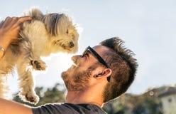 Kall hund som spelar med hans ägare Fotografering för Bildbyråer