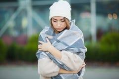 kall influensa Kvinnan får sjuk och hosta som bär höstkläder royaltyfri foto