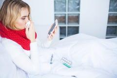 kall influensa Sjuk kvinna i hemmastatt samtal för säng på telefonen arkivbild