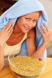 kall inhalerad kvinna för chamomile Royaltyfri Bild
