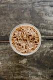 Kall kaffedrink för bästa sikt med is på den gamla wood tabellen Royaltyfri Fotografi