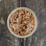 Kall kaffedrink för bästa sikt med is på den gamla wood tabellen Arkivfoto
