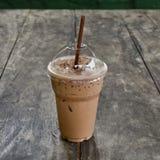 Kall kaffedrink med is på den gamla wood tabellen Arkivbilder