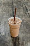 Kall kaffedrink med is på den gamla wood tabellen Arkivbild