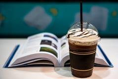 Kall kakaodrink på en vit tabell royaltyfri fotografi
