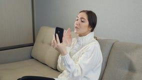 Kall kvinna i tröjan som tar en bild till henne med hennes telefon stock video