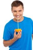 Kall läppjafruktsaft för grabb från half orange Royaltyfri Foto