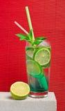 Kall lemonad för frukt på en stentabell Royaltyfri Bild