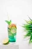 Kall lemonad för frukt på en stentabell Arkivbild
