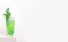 Kall lemonad för frukt på en stentabell Arkivfoton
